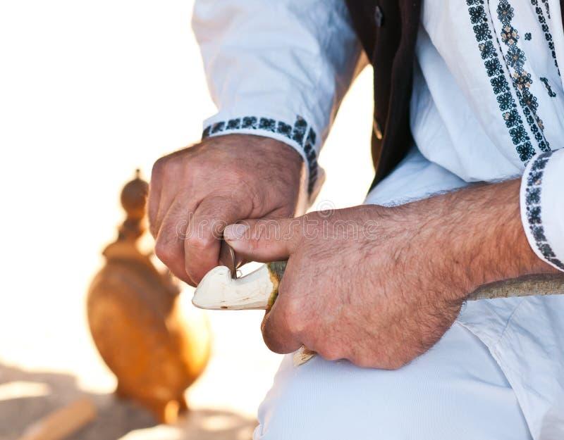 Artesão de madeira do trabalhador, um detalhe do artesão, uma tradição e trabalho velho Trabalho masculino das mãos do artesão ro imagens de stock royalty free