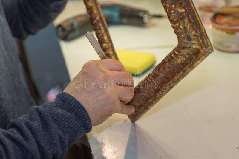 Artesão Hands Working no quadro de madeira do vintage imagem de stock
