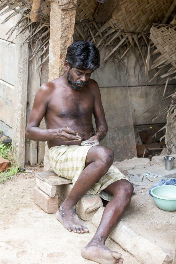 Artesão indiano não identificado do trabalhador que cinzela deuses hindu e Saint do granito imagem de stock
