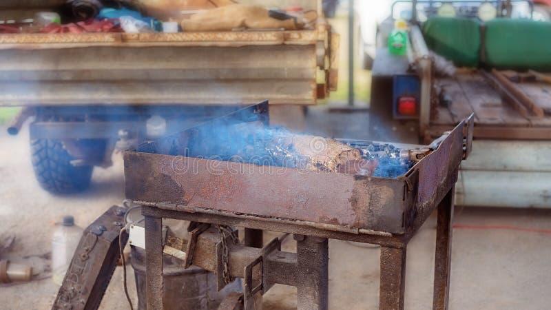 Artesão quente To Work de Forge For A do ferreiro foto de stock