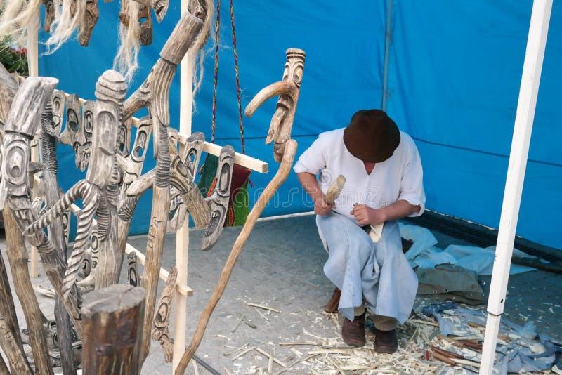 Artesão romeno que crafting o bastão de madeira fotografia de stock royalty free