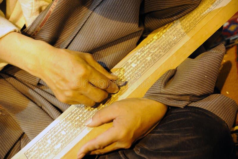 Artesão tibetano que cinzela um bloco de impressão do sutra imagens de stock royalty free