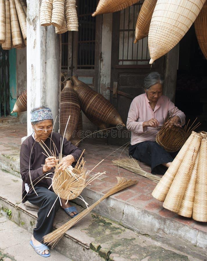 Artesãos vietnamianos que fazem os produtos de bambu do artesanato imagens de stock royalty free