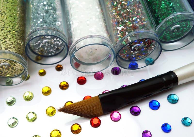 Artes coloridos del brillo y del rhinestone con el cepillo fotografía de archivo libre de regalías