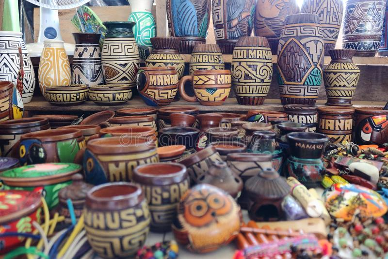 Artes de cerámica a vender a los turistas que visitan Manaus en el Brasil Hay tazas, cuenco, recuerdos de los animales fotos de archivo
