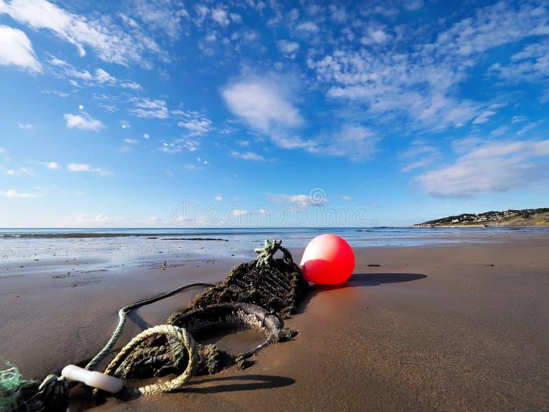 Artes de pesca na praia de Charmouth foto de stock