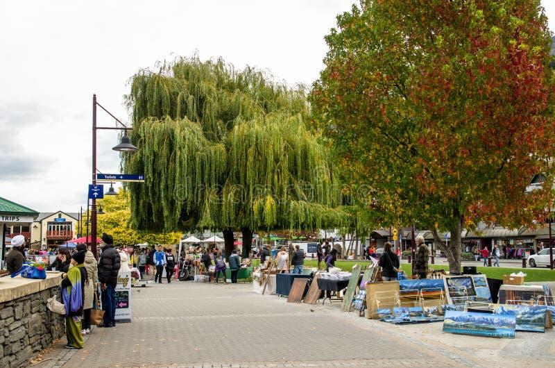 Artes de Queenstown e mercados criativos dos ofícios que é ficado situado na parte dianteira do lago no parque de Earnslaw em Que fotos de stock royalty free