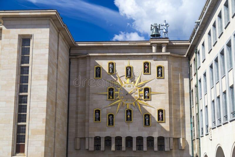 Artes del DES de Clock Carillon du Mont en la pared del palacio de la dinastía, Bruselas fotos de archivo