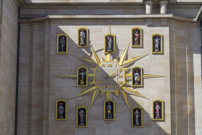 Artes del DES de Clock Carillon du Mont en la pared del palacio de la dinastía, Bruselas imagen de archivo