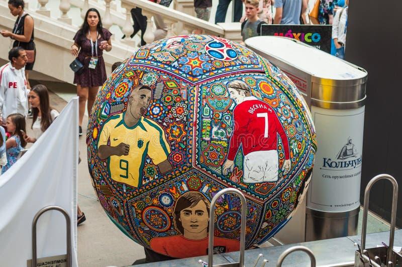 Artes del mosaico de Huichol de gotas Balón de fútbol integrado con los retratos de los futbolistas foto de archivo