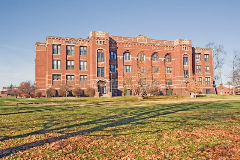 Artes e edifício da ciência em um terreno da faculdade foto de stock