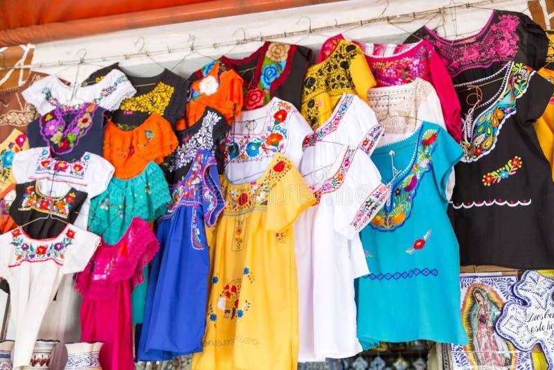 Artes en mercado mexicano típico foto de archivo