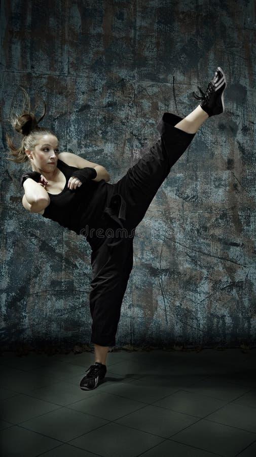 Artes marciais da prática da mulher nova fotos de stock