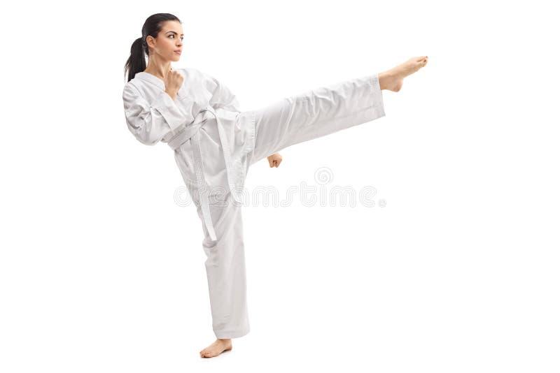 Artes marciais praticando da mulher em um quimono imagens de stock royalty free