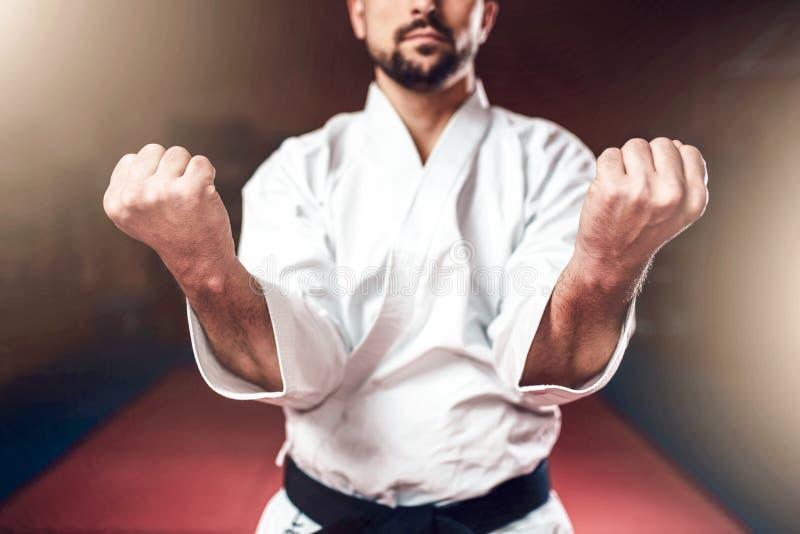 Artes marciales, hombre en el kimono blanco con la correa negra imagenes de archivo