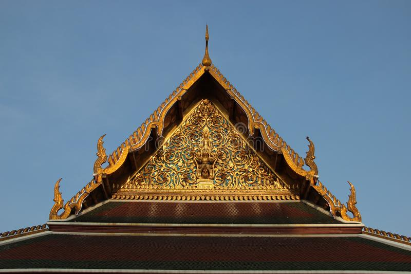 artes Telhado do templo e o frontão decorado com arte tailandesa ornamentado fotos de stock