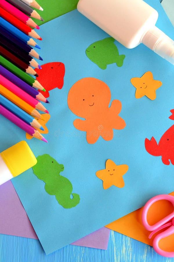 Artes y artes preescolares de los animales de mar Animales de papel del océano El uso de los niños del papel del color hace en gu imagenes de archivo