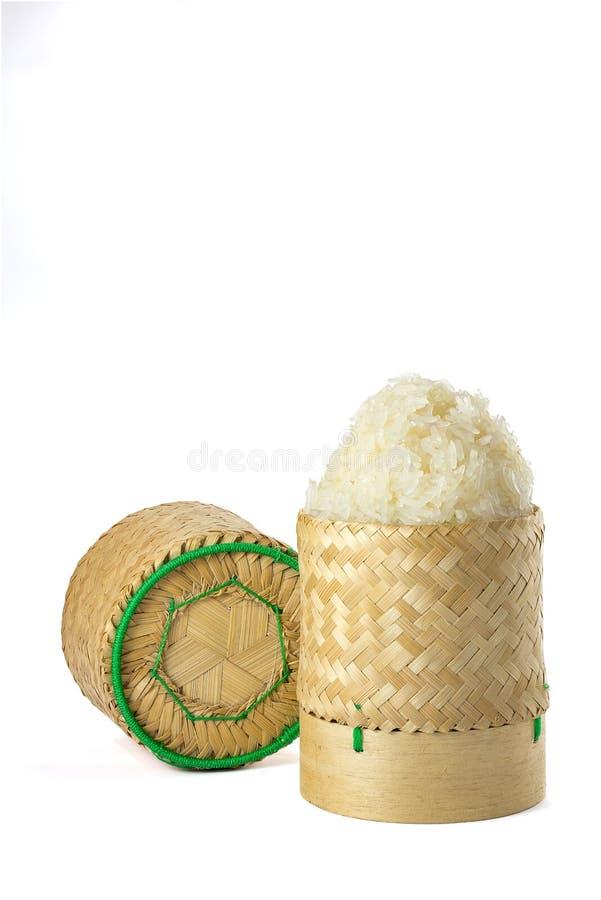 Artesanía de bambú de mimbre de la tradición del arroz pegajoso con el backgr blanco imagen de archivo
