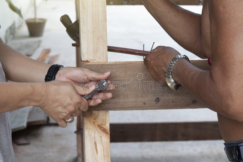 Artesanía en madera del trabajo del carpintero de dos personas imagen de archivo