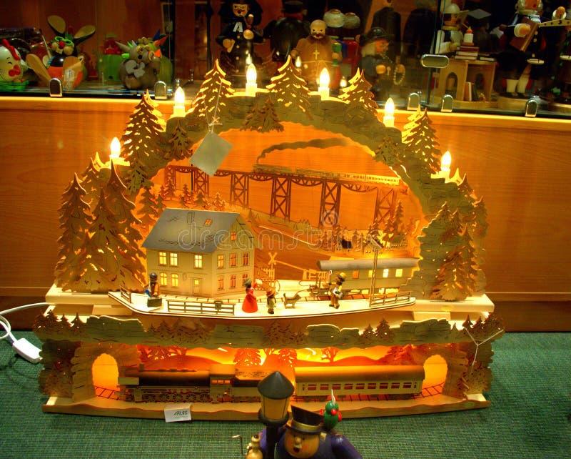 Artesanía en madera encendida hermosa del arco de las velas imagen de archivo libre de regalías