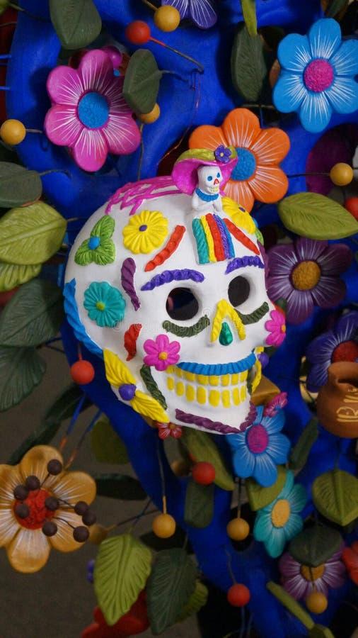 Artesanía mexicana del cráneo del azúcar del metepec México imagenes de archivo