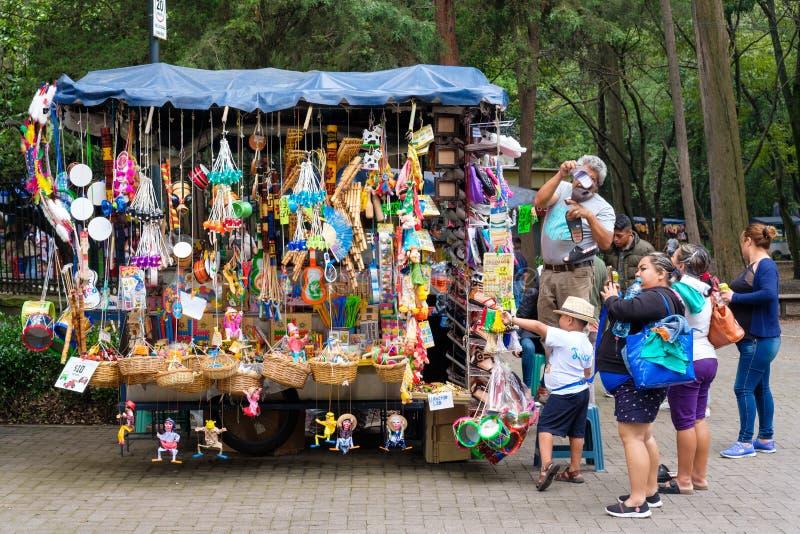 Artesanía mexicana típica para la venta en el mercado del parque de Chapultepec en Ciudad de México fotografía de archivo