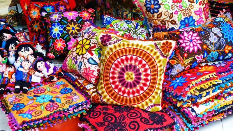 Artesanía peruana: almohadas y muñecas en el mercado indio, Lima, Perú fotografía de archivo