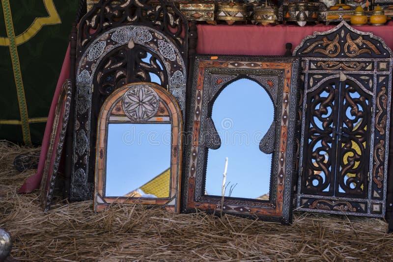 Artesan as rabes espejos con los marcos de madera mano for Disenos de marcos de madera para espejos