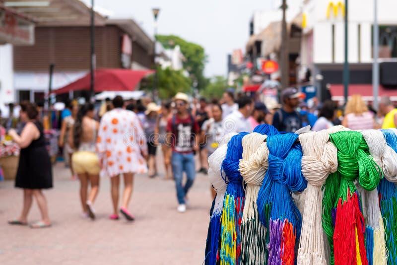 Artesanías en venta en la 5ta avenida en Playa del Carmen, México imagen de archivo libre de regalías