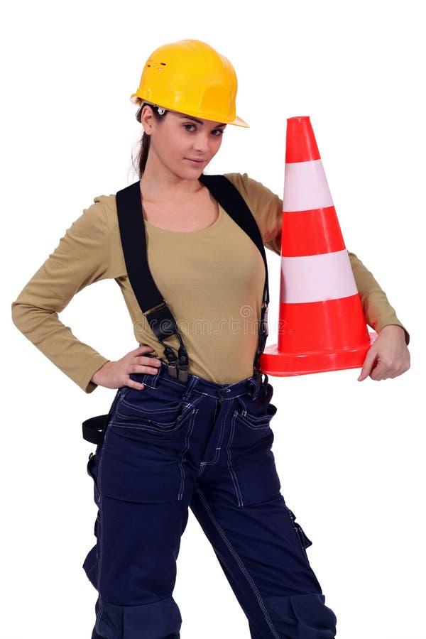 Artesana que sostiene el cono del tráfico fotografía de archivo