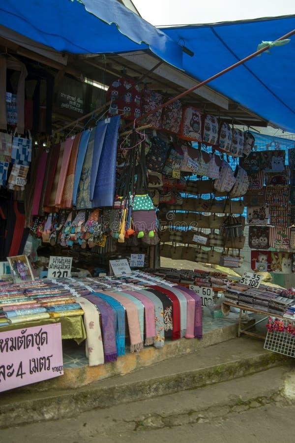 Artesanatos no mercado perto de Chiang Mai, Doi Suthep, Tailândia fotos de stock royalty free
