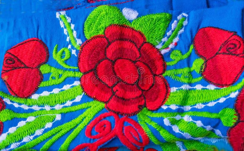 Artesanatos vermelhos azuis mexicanos coloridos Oaxaca M?xico de mat?rias t?xteis da cobertura da flor foto de stock