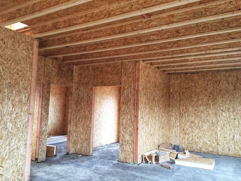 Artesano de la carpintería de los constructores de la madera de construcción de la nueva construcción casera de la casa que enmar fotos de archivo