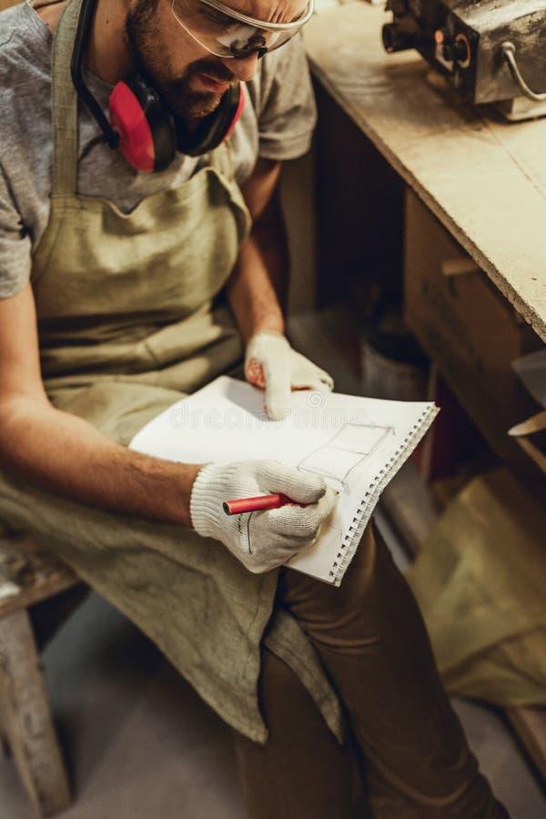 Artesano de la cosecha que bosqueja en cuaderno imágenes de archivo libres de regalías
