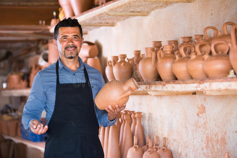 Artesano de sexo masculino en taller de cerámica foto de archivo