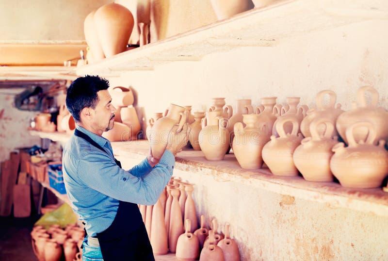 Artesano de sexo masculino en taller de cerámica fotos de archivo libres de regalías