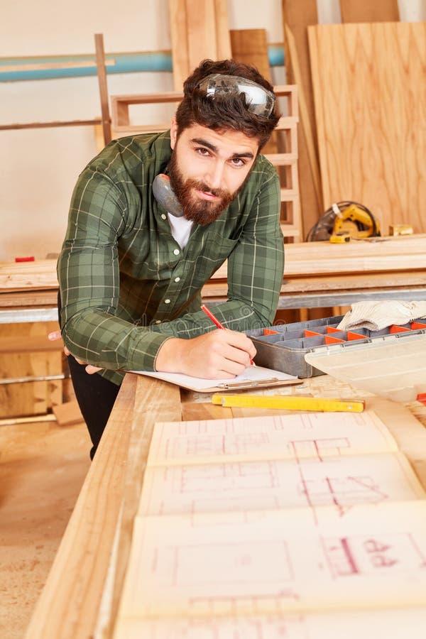 Artesano joven con un dibujo de construcción imagen de archivo libre de regalías