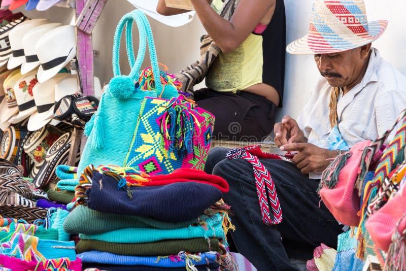Artesano knittiing por los bolsos de lana de las manos en Cartagena fotos de archivo