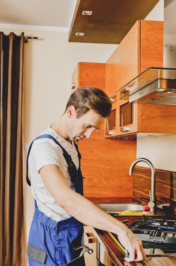 Artesano que trabaja en cocina fotos de archivo
