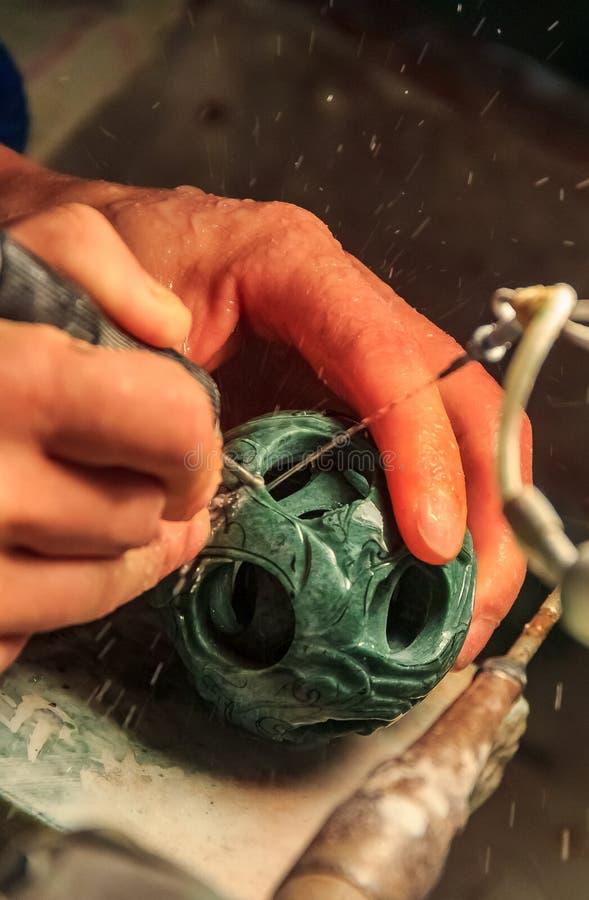 Artesano que trabaja en una bola del jade en una fábrica del jade cerca de Pekín China foto de archivo libre de regalías