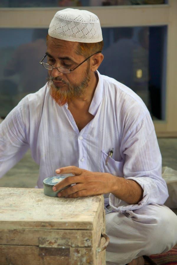 Artesano que trabaja para Tara, un comercio justo Organizatio imagenes de archivo