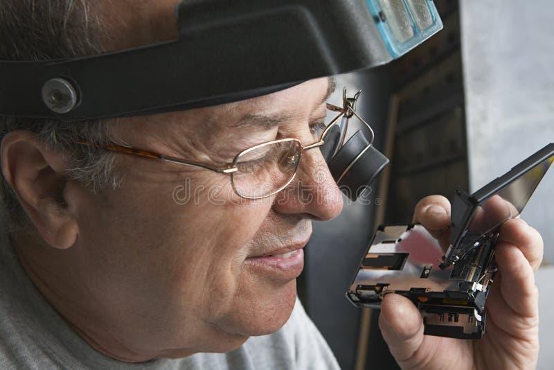 Artesano Repairing Clock imagen de archivo