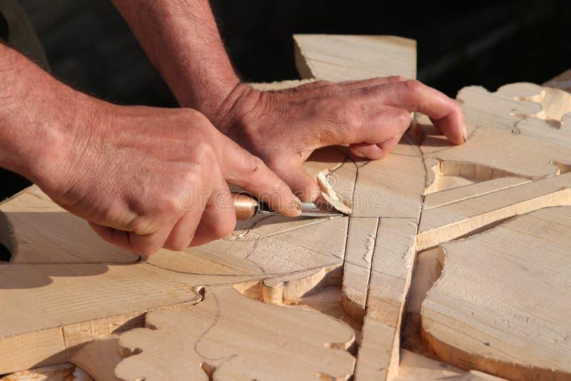 Artesano tradicional que talla la madera fotos de archivo libres de regalías