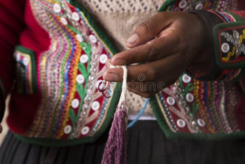 Artesany peruano em Chincheros foto de stock