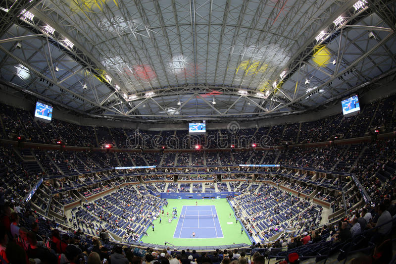 Arthur Ashe Stadium in Billie Jean King National Tennis Center tijdens het US Open 2017 van de nachtzitting royalty-vrije stock afbeeldingen