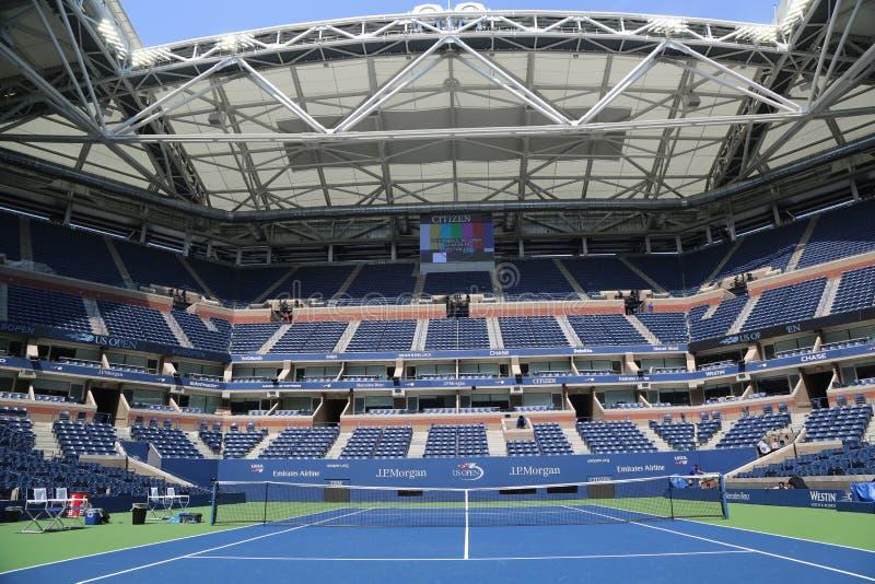 Arthur Ashe Stadium com o telhado retrátil terminado em Billie Jean King National Tennis Center pronta para o US Open 2017 imagem de stock royalty free