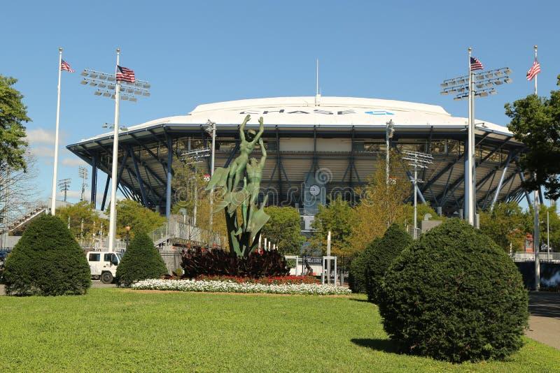 Arthur Ashe Stadium nouvellement amélioré avec le toit escamotable de finition chez Billie Jean King National Tennis Center prête photographie stock libre de droits