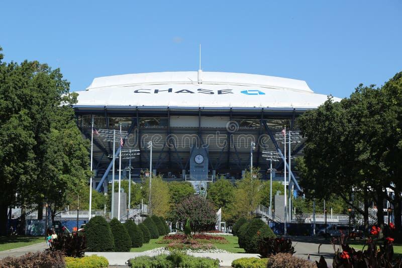 Arthur Ashe Stadium nouvellement amélioré avec le toit escamotable de finition chez Billie Jean King National Tennis Center prête images libres de droits