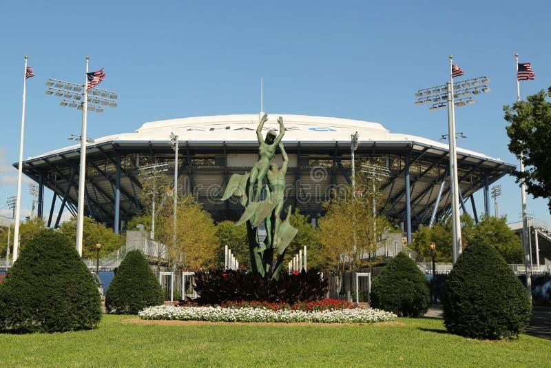 Arthur Ashe Stadium recentemente melhorado com o telhado retrátil terminado em Billie Jean King National Tennis Center pronta par foto de stock royalty free