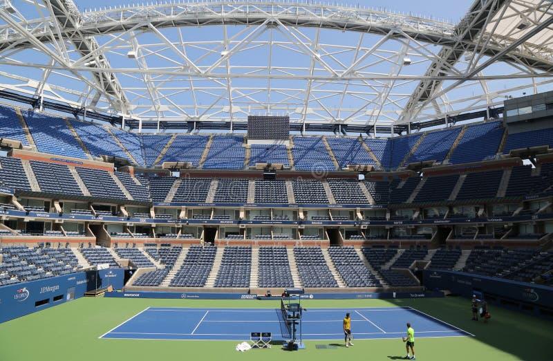 Arthur Ashe Stadium recentemente melhorado em Billie Jean King National Tennis Center pronta para o competiam do US Open imagem de stock royalty free